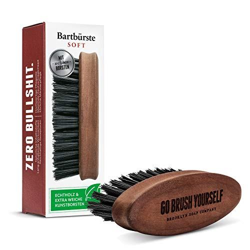 Bartbürste Soft · BROOKLYN SOAP COMPANY · Bart Bürste mit extra weichen, veganen Borsten · für die tägliche Bartpflege · aus geöltem Birnbaumholz
